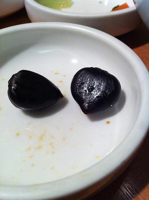 韓国流黒ニンニクは生ニンニクを2年間ハチミツに漬け込んだモノ